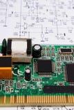 Leiterplatte, die auf Diagramm von Elektronik, Technologie liegt Lizenzfreie Stockfotografie