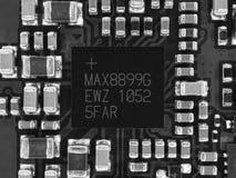 Leiterplatte mit Mikrochips, Widerständen und anderen elektronischen Bauelementen Computer- und VernetzungsKommunikationstechnolo Lizenzfreie Stockbilder