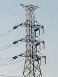 Leitfähigkeit zu den Strompfosten und -häusern Stockfoto