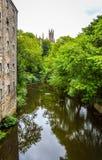 Leith和三位一体教会,爱丁堡,苏格兰水  免版税库存照片