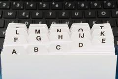 Leitkarten mit schwarzer Computertastatur Stockfotos