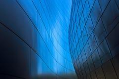 Leitlinien, die in der diagonalen Mittelform zusammenlaufen Lizenzfreie Stockbilder