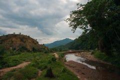 Leito fluvial com maré baixa na floresta tropical do santuário de Khao Sok Imagem de Stock