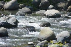 Leito fluvial situado em Ruparan barangay, cidade de Ruparan de Digos, Davao del Sur, Filipinas imagens de stock