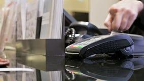 Leitor de cartão do close-up para o pagamento com cartão de crédito A mão da mulher rasga fora uma verificação após ter pagado o  filme