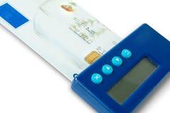 Leitor do bolso o cartão de crédito do banco imagens de stock royalty free
