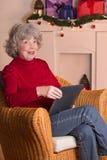 Leitor idoso Christmas do eBook da senhora Imagem de Stock