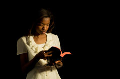 Leitor novo da Bíblia. foto de stock