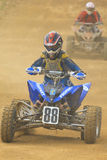 Leitungs-Rennen (junger Junge auf einer vierfachen Leitung) Stockbild