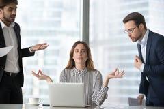 Leitungsdruck der ruhigen Frau am Arbeitsplatz mit einbezogen nicht in Kämpfe stockbilder