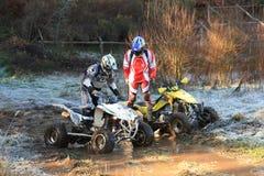 Leitungsmotorrad, das auf Rennen des Abenteuers 4X4 teilnimmt Stockbild
