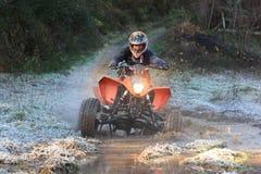 Leitungsmotorrad, das auf Rennen des Abenteuers 4X4 teilnimmt Lizenzfreies Stockfoto