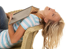 Leitura adormecida da mulher um livro Imagem de Stock