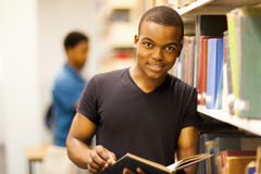 Leitura africana do estudante imagens de stock