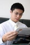 Leitura asiática nova do empreendedor fotos de stock