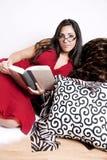 Leitura bonita da mulher Fotos de Stock Royalty Free