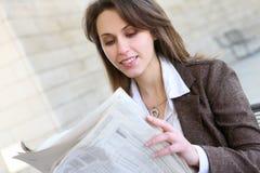 Leitura bonita da mulher de negócio Fotos de Stock