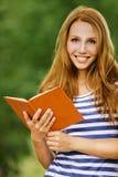 Leitura bonita da mulher do retrato Imagens de Stock