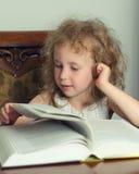 Leitura bonito da menina imagem de stock royalty free