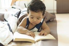 Leitura bonito do menino Fotos de Stock