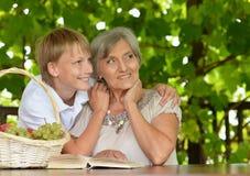 Leitura da avó com menino Foto de Stock Royalty Free