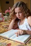 Leitura da Bíblia das horas de dormir Imagens de Stock
