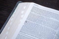 Leitura da Bíblia da Páscoa da boa notícia da ressurreição de Jesus Christ dos mortos Capítulo 20 de John imagem de stock royalty free