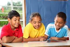 Leitura da classe de escola preliminar e aprendizagem junto fotografia de stock
