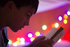 Leitura da criança Fotos de Stock