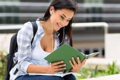 Leitura da estudante universitário fotografia de stock