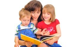 Leitura da família foto de stock royalty free
