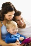Leitura da família. Imagens de Stock