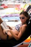 Leitura da jovem mulher fotografia de stock