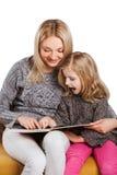Leitura da mãe com filha nova Imagens de Stock