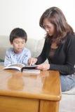 Leitura da mamã com filho Imagens de Stock