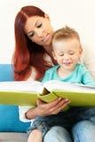 Leitura da matriz e da criança Fotos de Stock Royalty Free