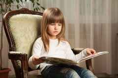 Leitura da menina Fotografia de Stock Royalty Free