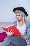 Leitura da menina Imagem de Stock