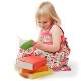 Leitura da menina dos anos de idade 4 Imagens de Stock Royalty Free