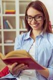 Leitura da menina em casa Imagens de Stock Royalty Free