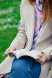 Leitura da menina em um banco fotografia de stock royalty free