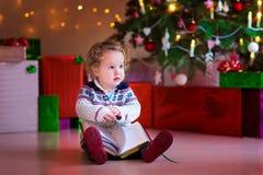 Leitura da menina na árvore de Natal Imagens de Stock