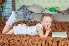Leitura da menina na cama fotografia de stock