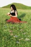 Leitura da menina na grama Imagens de Stock Royalty Free