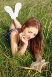 Leitura da menina na grama longa Fotografia de Stock