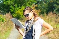 Leitura da menina no selvagem Foto de Stock Royalty Free