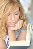 Leitura da moça Imagens de Stock