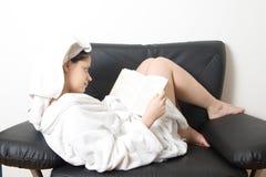 Leitura da mulher Fotos de Stock