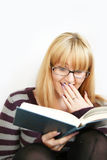 Leitura da mulher com copo Foto de Stock