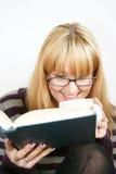 Leitura da mulher com copo Fotos de Stock